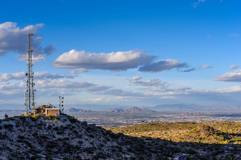 Torre de comunicações que negligencia Phoenix fotos de stock