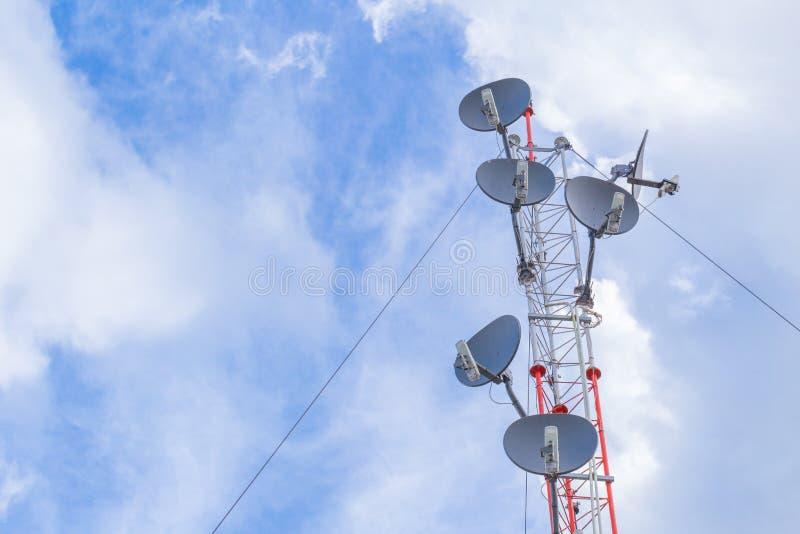 Torre de comunicación, gama larga de los apuroses de los posts de antena del wifi del poder más elevado foto de archivo libre de regalías