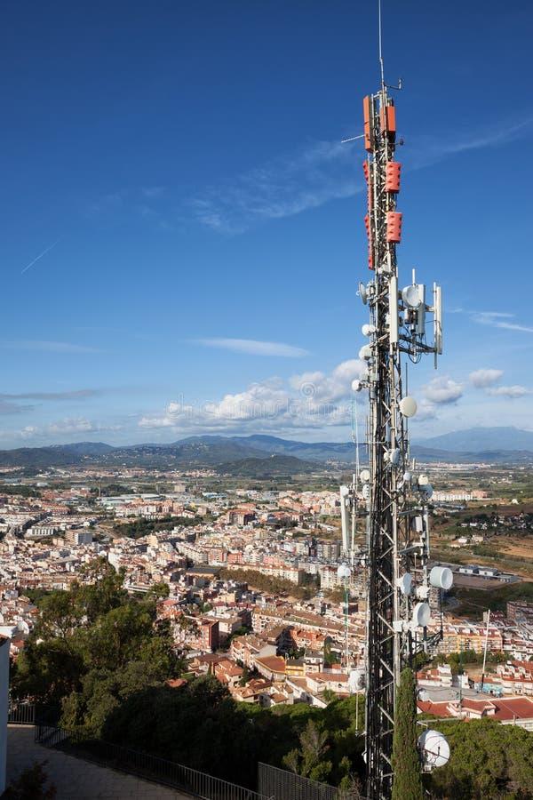 Torre de comunicación y palo de la radio en España imágenes de archivo libres de regalías