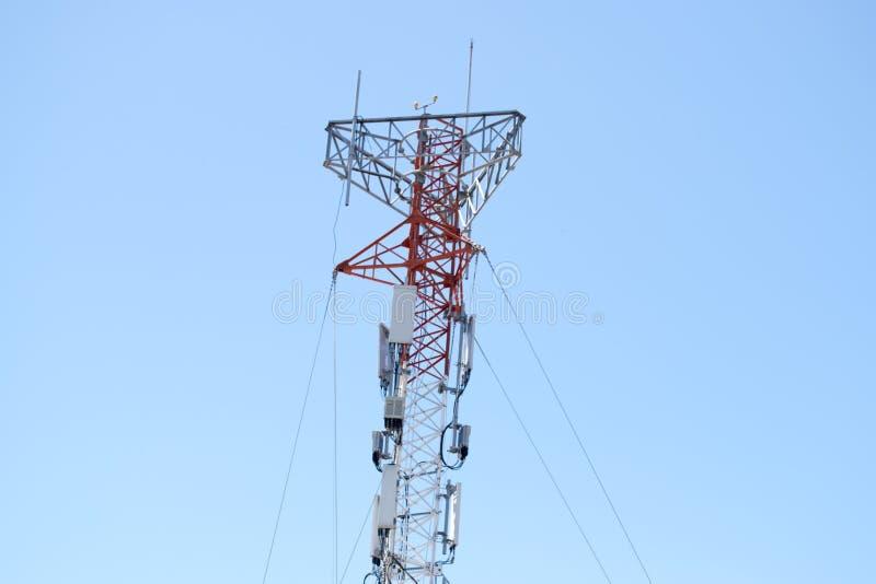 Torre de comunicaciones para las señales de la TV y del teléfono móvil imagen de archivo libre de regalías