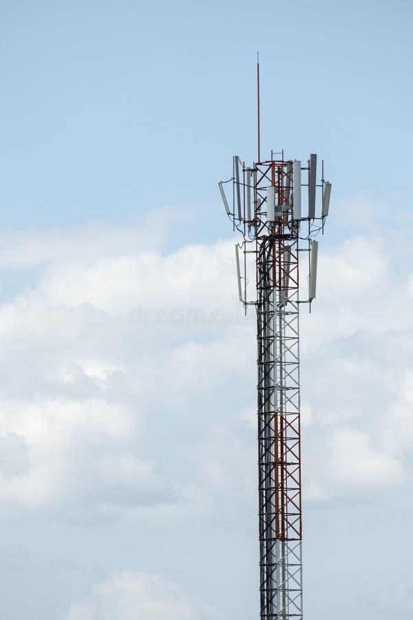 Torre de comunicaciones y los paneles solares foto de archivo libre de regalías