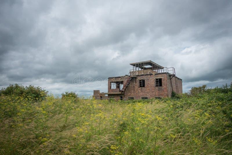 Torre de control abandonada de la Royal Air Force, Inglaterra fotos de archivo