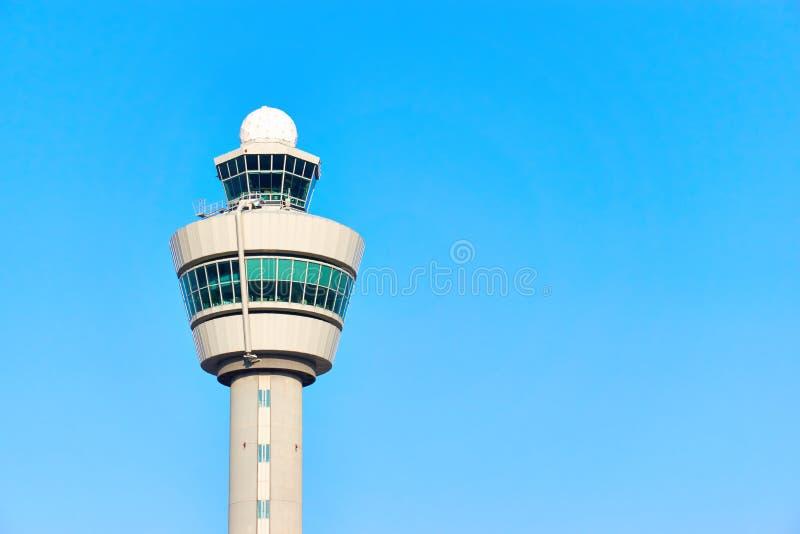 Torre de control de aire contra un cielo azul imagen de archivo