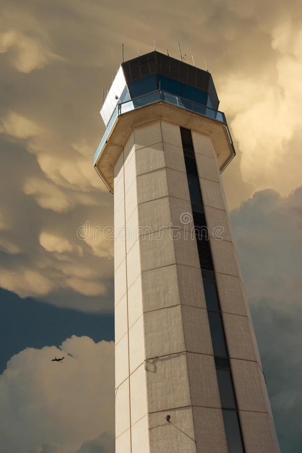 Torre de control comercial del aeropuerto que supervisa vuelos con el acercamiento fuerte de la tormenta fotos de archivo libres de regalías