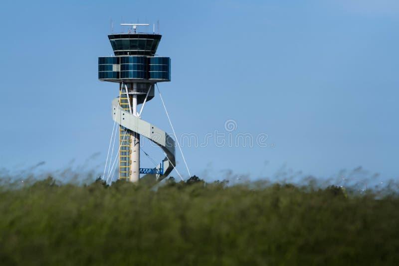 Torre de control del aeropuerto del diseño moderno fotografía de archivo