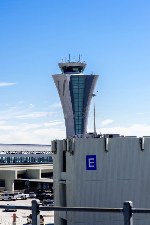 Torre de control en el aeropuerto de la SFO imagen de archivo