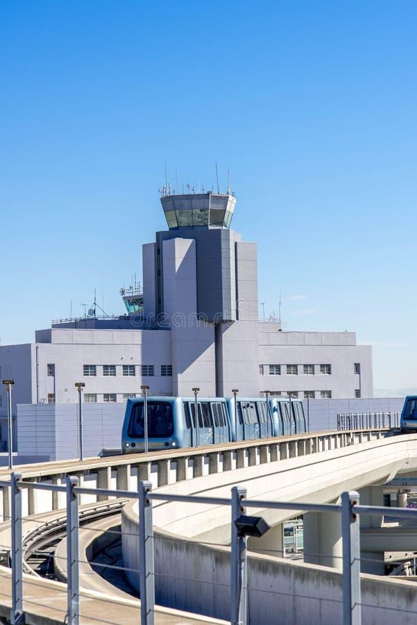 Torre de control en el aeropuerto de la SFO fotografía de archivo