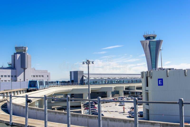 Torre de control en el aeropuerto de la SFO fotografía de archivo libre de regalías
