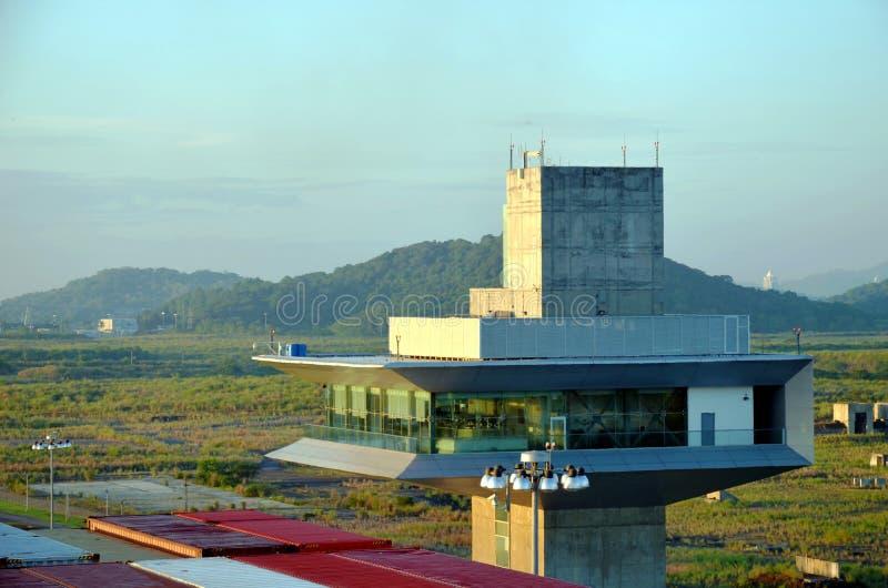 Torre de control en las cerraduras de Cocoli, Canal de Panamá imagen de archivo