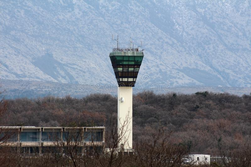Torre de control local del aeropuerto con la montaña y el bosque en fondo fotos de archivo libres de regalías