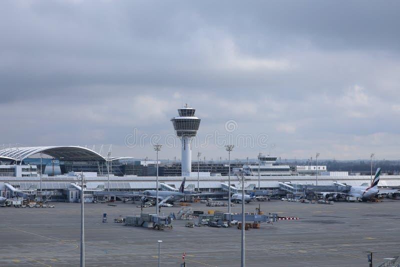 Torre de controlador aéreo do ATC no aeroporto de Munich, MUC Alemanha fotografia de stock royalty free