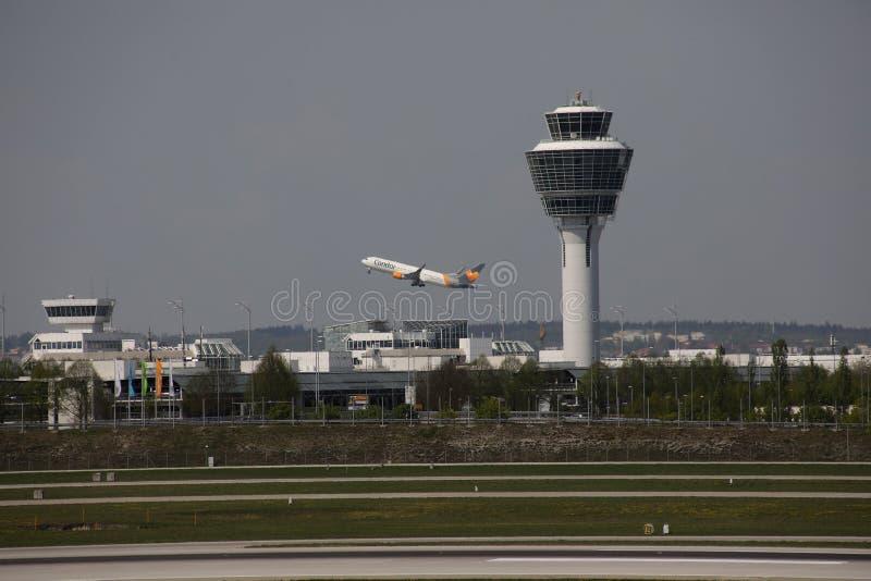 Torre de controlador aéreo no aeroporto de Munich, descolagem plana do condor imagem de stock