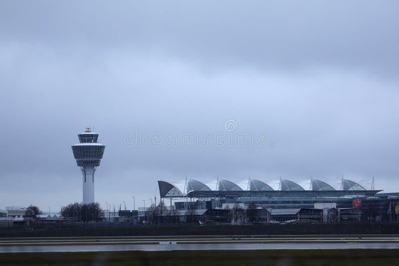 Torre de controlador aéreo no aeroporto de Munich imagem de stock