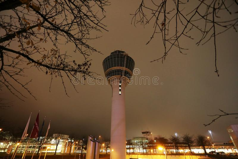 Torre de controlador aéreo no aeroporto de Munich na noite imagens de stock