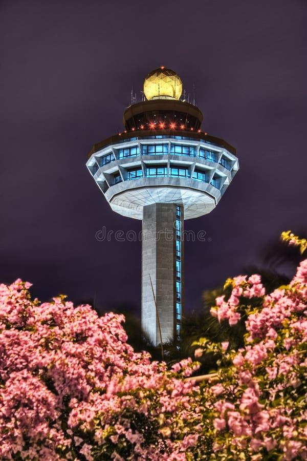 Torre de controlo do aeroporto de Singapore Changi na noite fotografia de stock royalty free