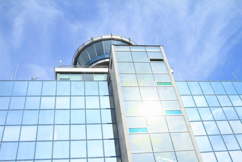 Torre de controlo no aeroporto de Praga imagens de stock