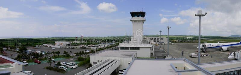 A torre de controlo de tráfico do aeroporto do aeroporto de Painushima Ishigaki em Okinawa viu da plataforma de observação fotografia de stock