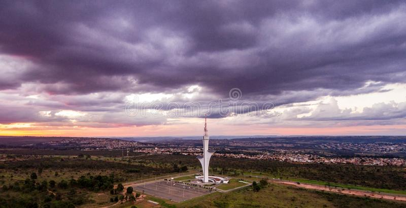 Torre de Digitaces a Brasilia, capitale du el Brasil, filmado con el abej?n en una visi?n a?rea a finales de tarde imagen de archivo