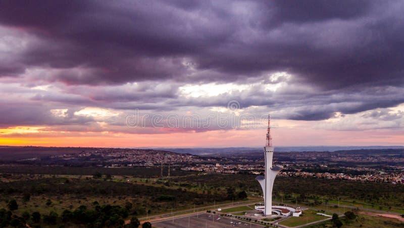 Torre de Digitaces a Brasilia, capitale du el Brasil, filmado con el abej?n en una visi?n a?rea a finales de tarde imagenes de archivo