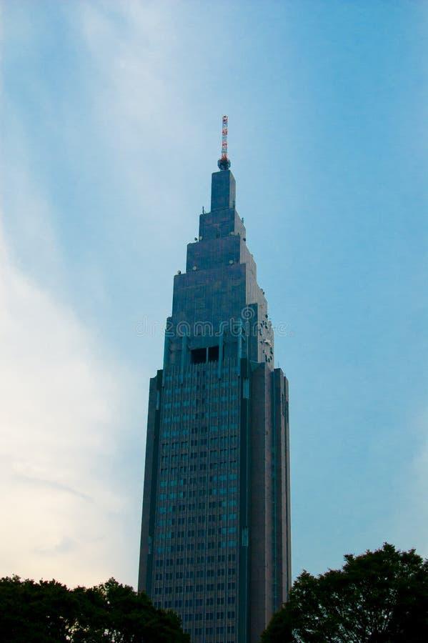 Torre de Docomo en Shinjuku, Japón Shinjuku está situado en la central de Tokio y generalmente hay mucha gente alrededor En el ve imágenes de archivo libres de regalías