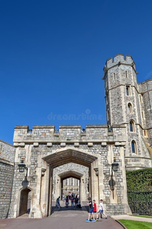 Torre de Edward III na entrada principal a Windsor Castle, a um palácio real da residência e à atração turística principal em Win fotos de stock