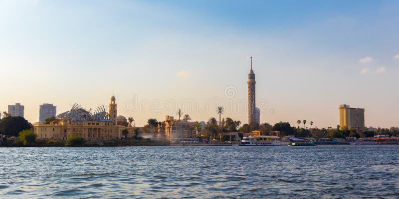 Torre de El Cairo TV en el banco del río Nilo, Egipto imagenes de archivo
