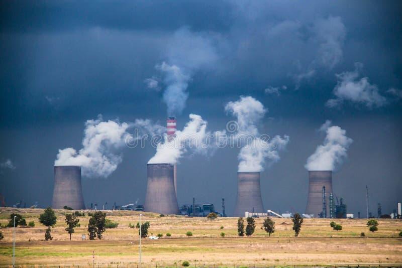 Torre de enfriamiento de la central eléctrica fotos de archivo