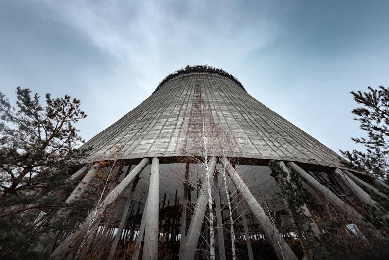 Torre de enfriamiento del reactor número 5 adentro en la central nuclear de Chernóbil, 2019 imágenes de archivo libres de regalías