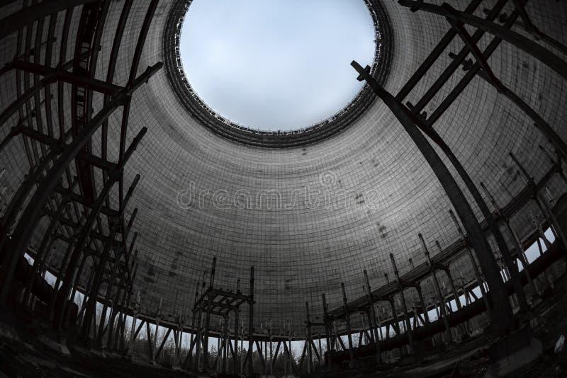Torre de enfriamiento del reactor n?mero 5 adentro en la central nuclear de Chern?bil, 2019 imagen de archivo