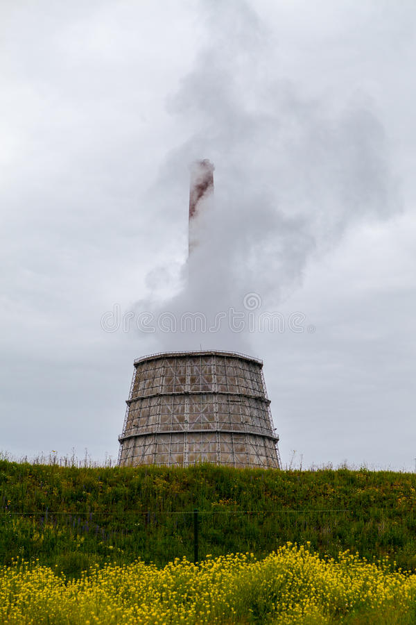 Torre de enfriamiento Fuming de la planta imagenes de archivo