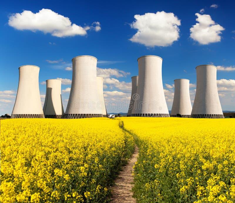 Torre de enfriamiento de la central nuclear del campo de Rapesed fotos de archivo libres de regalías