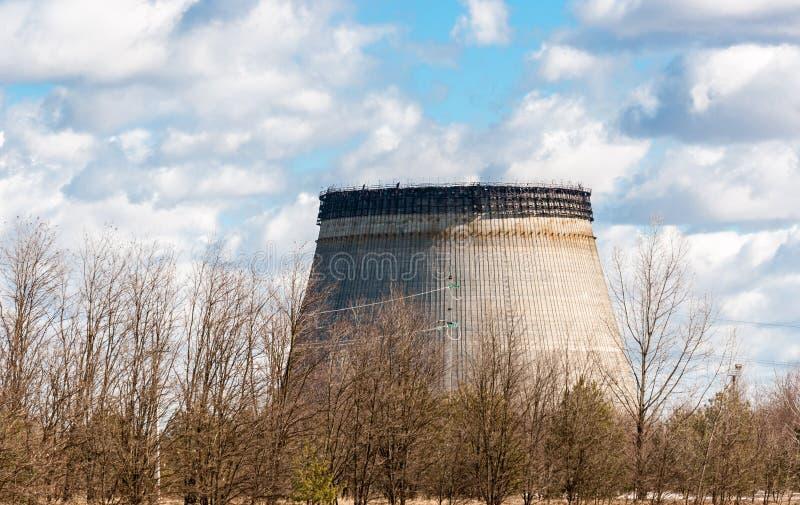 Torre de enfriamiento a medias lista en chernobyl fotografía de archivo