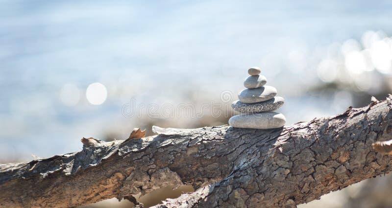 Torre de equilíbrio do seixo imagens de stock royalty free
