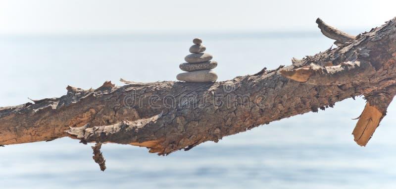 Torre de equilíbrio do seixo imagem de stock