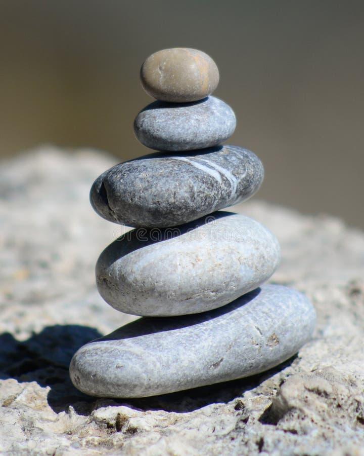 Torre de equilíbrio do seixo foto de stock