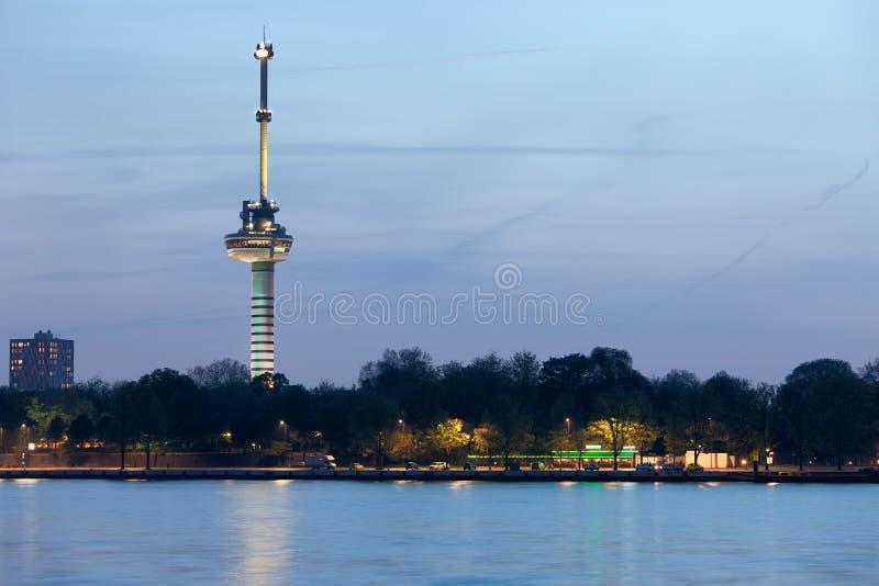 Torre de Euromast en la oscuridad en Rotterdam fotografía de archivo