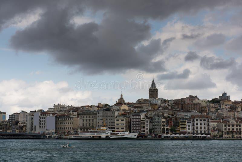 Torre de Galata, distrito da ponte de Galata, do Karakoy e chifre dourado na manhã, Istambul foto de stock