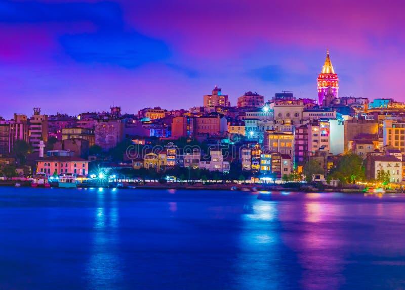 Torre de Galata, distrito da ponte de Galata, do Karakoy e chifre dourado na noite, Istambul fotos de stock royalty free