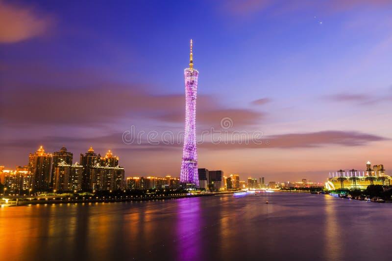 Torre de Guangzhou en la noche fotos de archivo