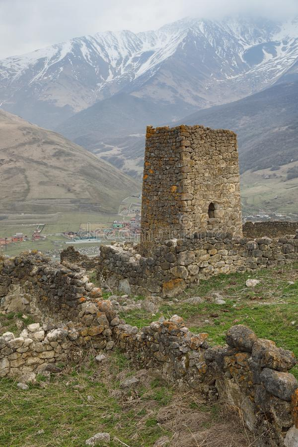 Torre de guardia de la ciudad abandonada Tsmiti en Alania, Rusia imagenes de archivo