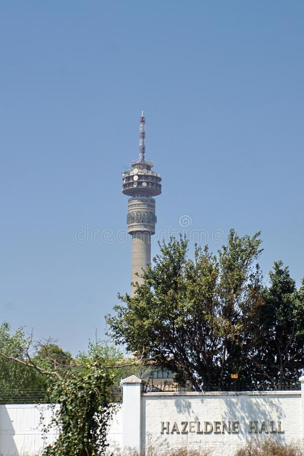 Torre de Hillbrow acima de uma escola do ` das meninas em Joanesburgo imagem de stock royalty free
