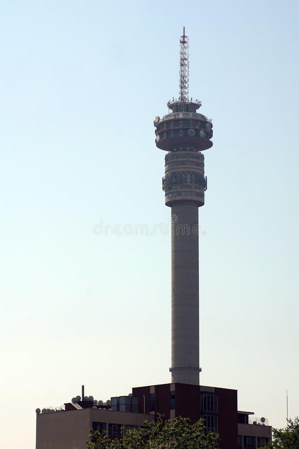 Torre de Hillbrow sobre edificios céntricos en Johannesburgo imagen de archivo