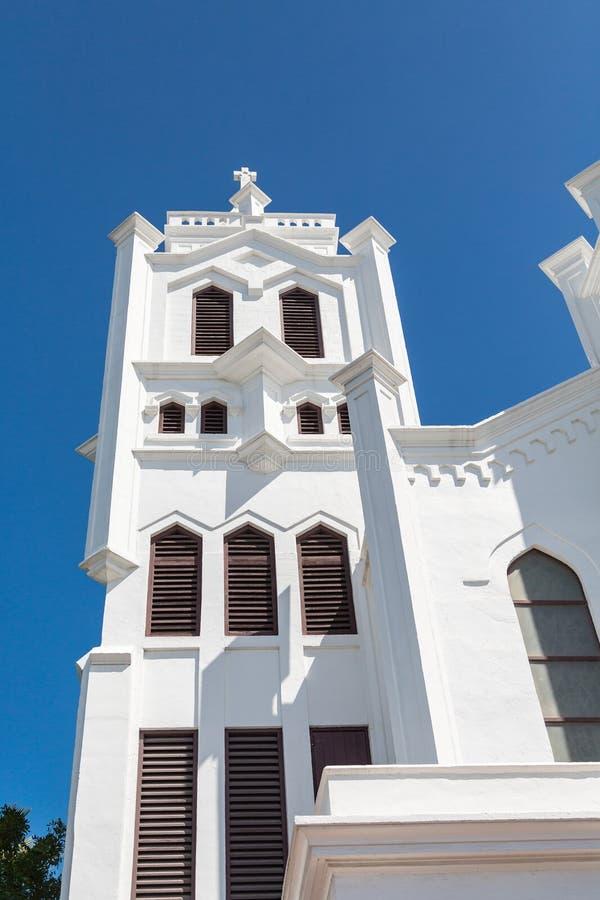Torre de iglesia blanca en azul imagen de archivo