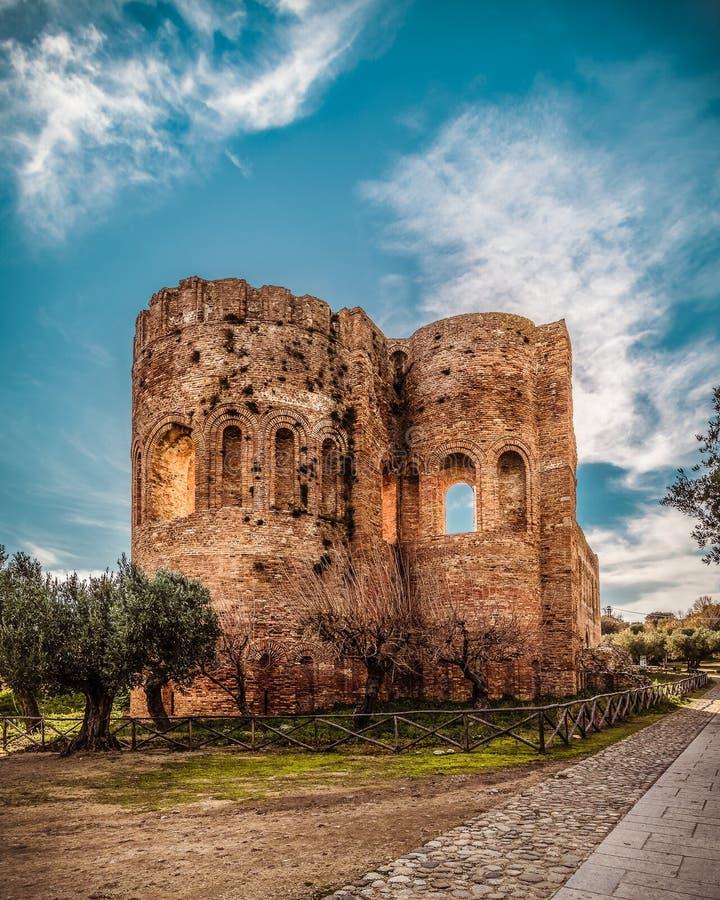 Torre de iglesia en el parque de Scolacium imagen de archivo libre de regalías