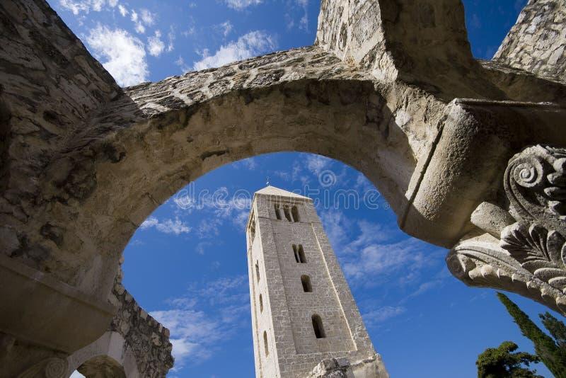 Torre de iglesia enmarcada por los arcos de piedra fotos de archivo libres de regalías