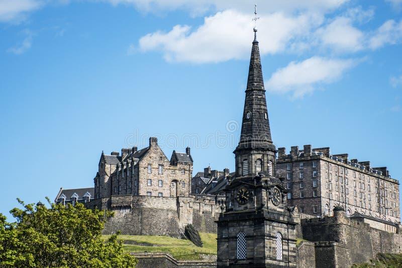 Torre de iglesia histórica del día soleado de Castle Rock de la ciudad de Edimburgo fotos de archivo