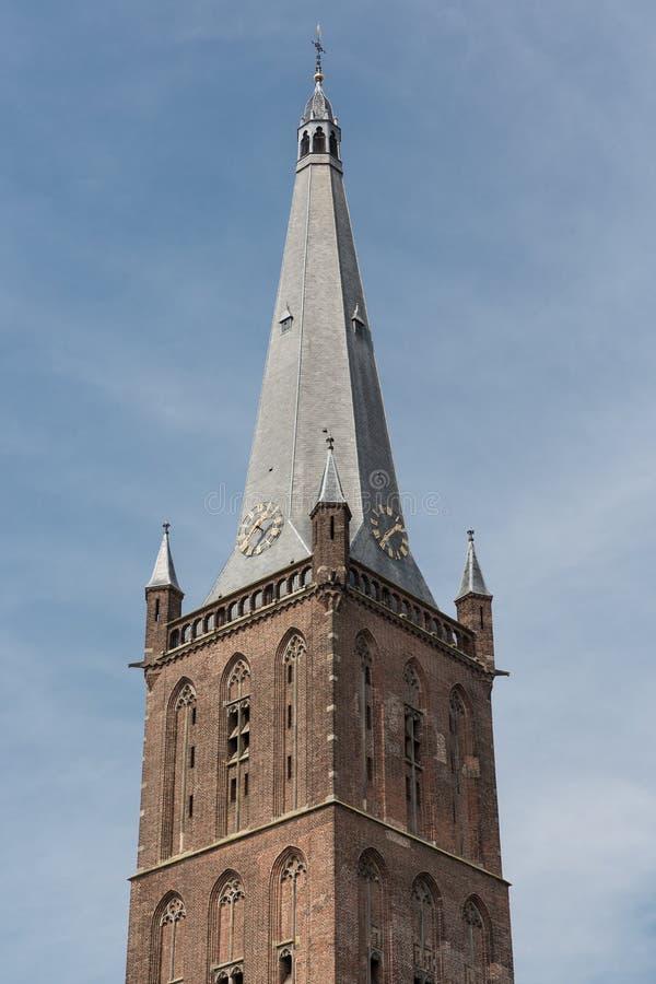 Torre de iglesia holandesa contra un cielo azul imagenes de archivo