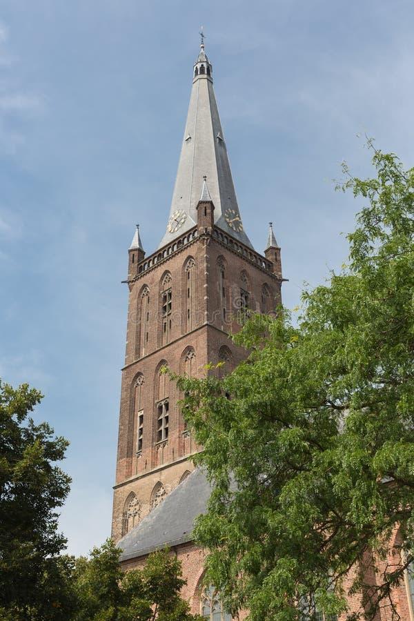 Torre de iglesia holandesa contra un cielo azul fotos de archivo libres de regalías