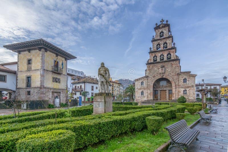 Torre de iglesia y estatua de Pelayo, primer rey de España, en Cang fotos de archivo