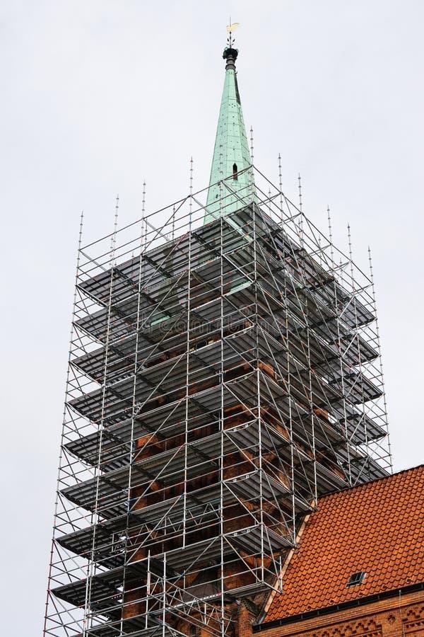 Torre de igreja com andaime imagens de stock